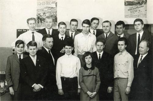 Gruppenfoto mit 17 Personen